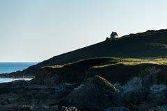 Casa nos penhascos, baía de Le Loc'h (França) Imagem de Stock