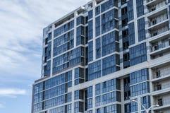 Casa nova com janelas azuis fotografia de stock royalty free