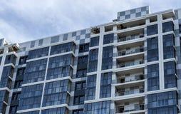 Casa nova com janelas azuis imagem de stock