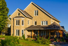 Casa nova com um grande patamar imagem de stock royalty free