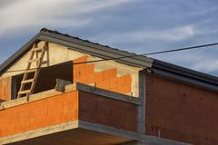 Casa nova da família feita de tijolos vermelhos sob a construção fotografia de stock royalty free