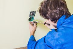 Casa nova de Installing Socket In do eletricista Imagens de Stock Royalty Free