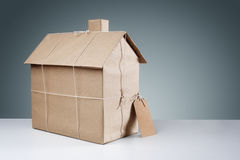 Casa nova envolvida no papel marrom Fotos de Stock