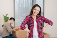 Casa nova movente dos pares Povos casados felizes para comprar o apartamento novo foto de stock