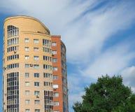 Casa, nuvens e árvore multistory elevadas foto de stock royalty free