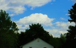 Casa nuvolosa immagini stock libere da diritti