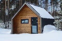 casa o baño de madera hermosa de la madera de construcción laminada de la chapa en un bosque pintoresco entre los altos pinos cen fotografía de archivo libre de regalías