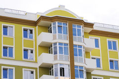 Casa o edificio urbana, modelo de la fachada Cielo azul Fotos de archivo libres de regalías