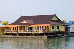 Casa o pueblo de pescadores a lo largo del río cerca de la costa foto de archivo