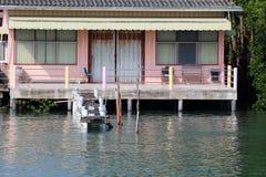 Casa o pueblo de pescadores a lo largo del río cerca de la costa imagen de archivo libre de regalías