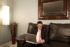 Casa o ufficio - uomo d'affari che lavora allo strato Immagini Stock