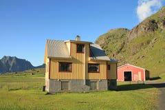 Casa ocre y montañas de Lofoten Imagen de archivo