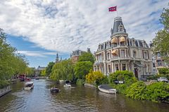 Casa olandese con la bandiera di Amsterdam che onora il campionato nazionale da Ajax Amsterdam Netherlands fotografia stock