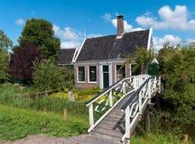 Di legno tradizionale della casa olandese fotografia stock for Disegni della casa della cabina di ceppo e programmi del pavimento