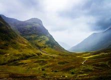 Casa onirica negli altopiani della Scozia da una montagna e da un fiume immagini stock libere da diritti