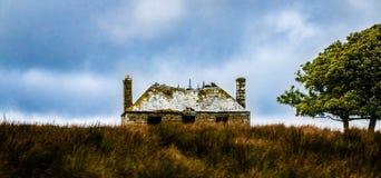 Casa onirica negli altopiani della Scozia da una montagna e da un fiume immagine stock libera da diritti