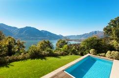 Casa, opinião da piscina Foto de Stock Royalty Free