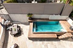Casa, opinión de piscina Foto de archivo