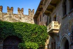 Casa original de Romeo y de Juliet Capulet con el balcón y el patio en Verona, Italia Casa famosa de Shakespeare de la historia imágenes de archivo libres de regalías
