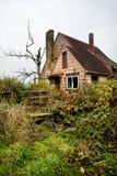 Casa overgrown abandonada Foto de Stock Royalty Free