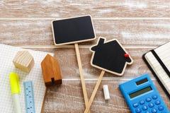 Casa para la muestra de la venta con la calculadora foto de archivo libre de regalías