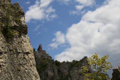 Casa para montanhistas em penhascos de Lakatnik fotografia de stock royalty free