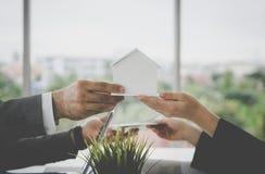 Casa para o dinheiro para o empréstimo hipotecario e o conceito de compra imagens de stock royalty free