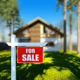 Casa para o sinal da venda na frente da casa do chalé Foto de Stock