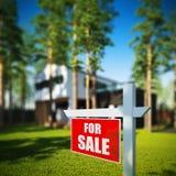 Casa para o sinal da venda na frente da casa moderna Fotos de Stock Royalty Free