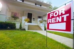 Casa para o sinal do aluguel Fotos de Stock Royalty Free