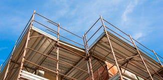 Casa para a renovação com o andaime para pedreiros Fotografia de Stock