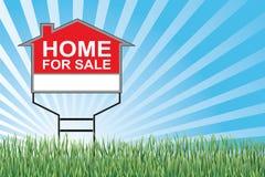 A casa para a venda assina dentro a grama Foto de Stock Royalty Free