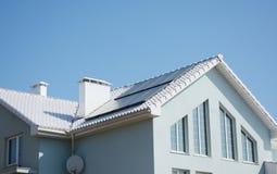 Casa pasiva moderna con el tejado blanco y los paneles solares para el ahorro de la energía y el rendimiento energético Imagen de archivo libre de regalías