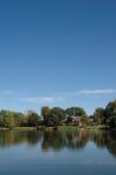Casa pelo lago imagens de stock