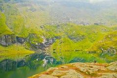 Casa pelo lago nas montanhas Imagens de Stock Royalty Free