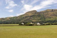 Casa pelos montes Imagem de Stock Royalty Free