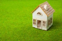 Casa pequena branca na grama verde Imagens de Stock Royalty Free