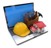 Casa pequena, caixa de ferramentas de madeira, capacete de segurança no teclado do portátil d Imagens de Stock