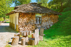 Casa pequena com lenha empilhada Fotografia de Stock