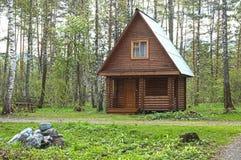 Casa pequena de madeira em uma madeira Imagens de Stock Royalty Free