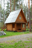 Casa pequena de madeira em uma madeira Fotos de Stock
