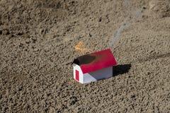 Casa pequena do Livro Branco no fogo em Finlandia Fotos de Stock