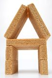 Casa pequena feita das bolachas com um creme da baunilha Fotos de Stock