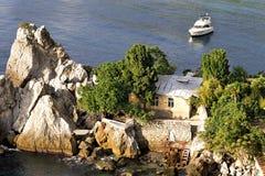 Casa pequena nas rochas Fotos de Stock