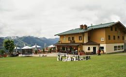Casa per le vacanze tradizionale nelle montagne austriache delle alpi Fotografia Stock Libera da Diritti