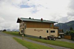 Casa per le vacanze tradizionale nelle montagne austriache delle alpi Fotografia Stock