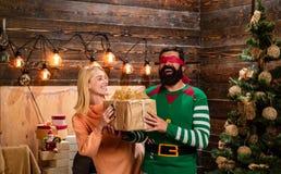 Casa per natale Famiglia felice che prepara al nuovo anno Partito di festa di Natale Il nuovo anno presenta in contenitore di reg fotografia stock libera da diritti