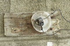 A casa perigosa fez o interruptor da luz bonde nas Filipinas Foto de Stock