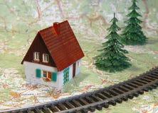 Casa perto da estrada de ferro, curso Fotografia de Stock Royalty Free