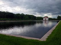 Casa perto da lagoa Imagem de Stock Royalty Free